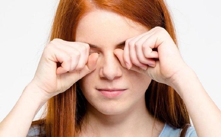 Vùng da quanh mắt bị ngứa do viêm da tiếp xúc