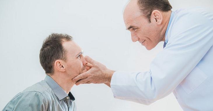 Vùng da quanh mắt bị ngứa khi nào cần đi khám bác sĩ