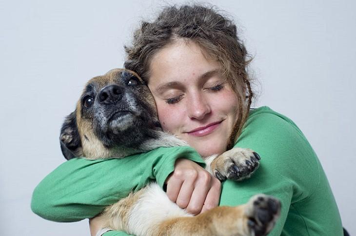 Nổi mề đay khi mang thai thường xảy ra do tiếp xúc với thú nuôi