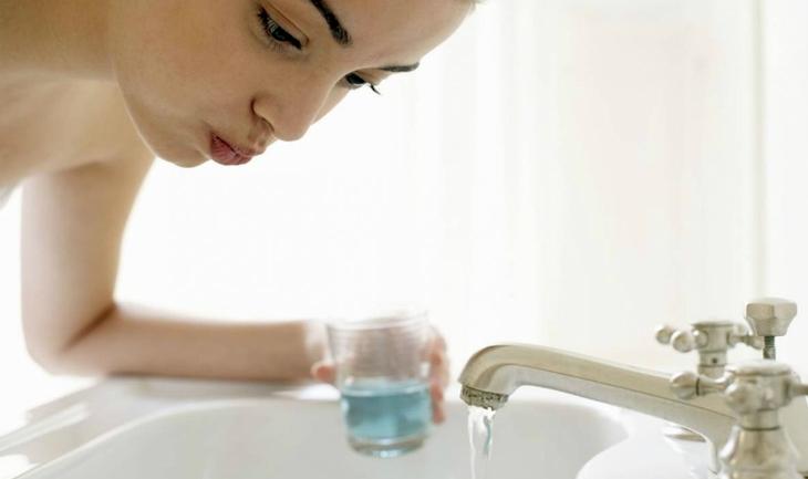 Vệ sinh họng bằng cách súc miệng bằng nước muối mỗi ngày