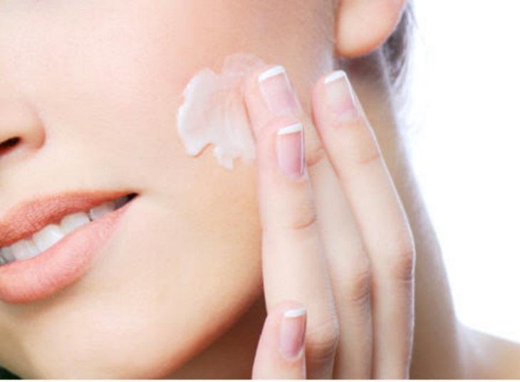Thoa kem dưỡng ẩm giảm tình trạng da nổi mẩn đỏ, không ngứa