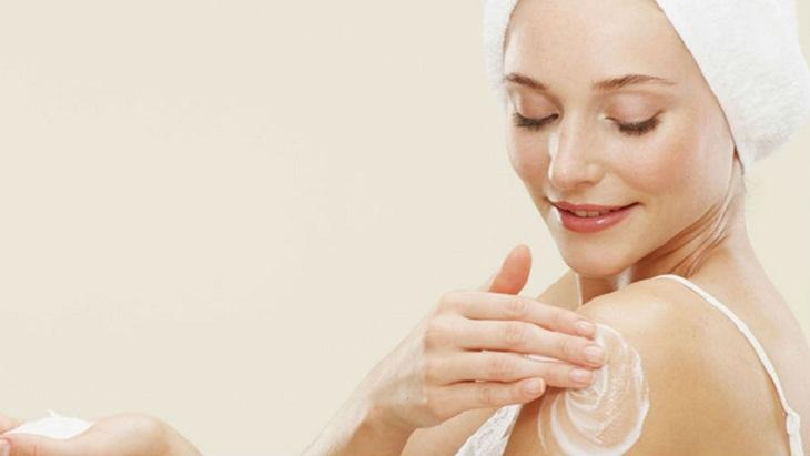 Thoa kem dưỡng ẩm sau khi tắm để phòng ngừa khô da