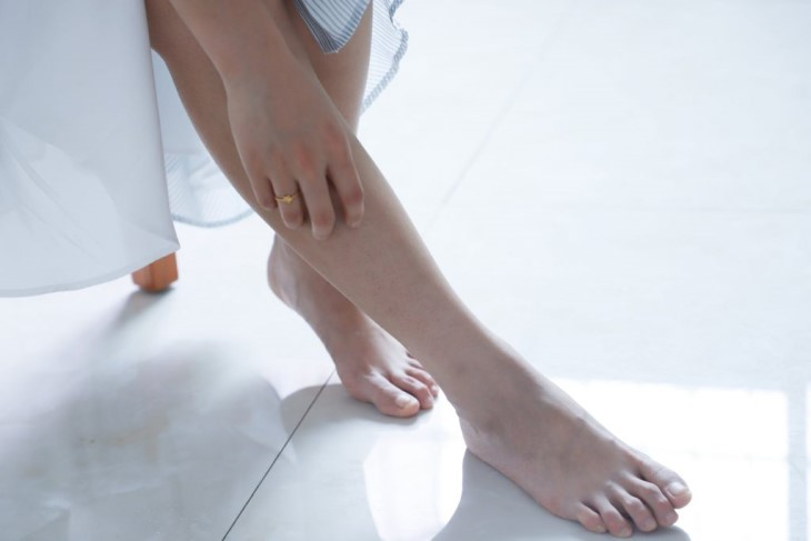 Ngứa hai ống chân có thể sử dụng các loại thuốc bôi theo chỉ định của bác sĩ