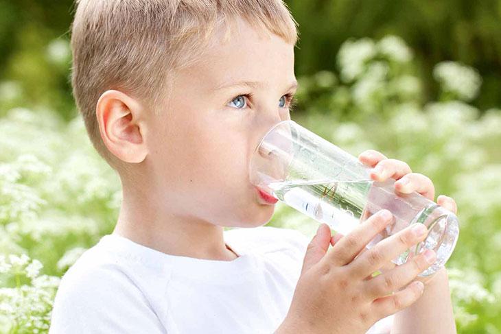 Cung cấp đầy đủ nước cho bé