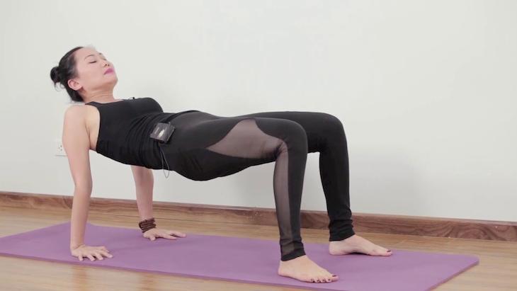 Tập yoga tư thế cái bàn