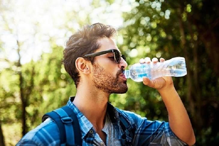 Uống đủ nước để hạn chế tình trạng vón cục tinh trùng