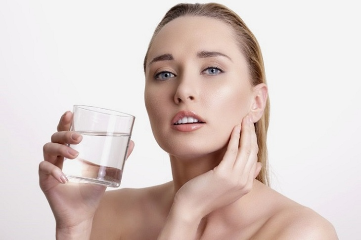 Uống nước đủ 2 - 2,5 lít/ngày để giảm khô, bong tróc và hỗ trợ điều trị da nhiễm corticoid