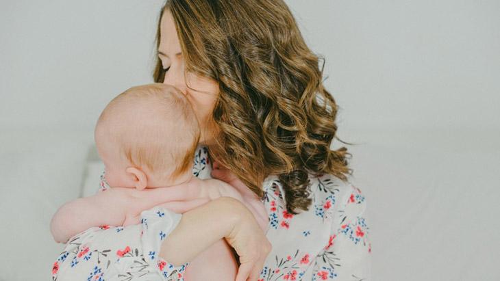 Hạn chế thơm hay hôn môi, má của trẻ