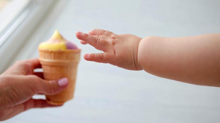 Mút một chút kem lạnh cũng có thể giúp trẻ giảm đau do viêm amidan