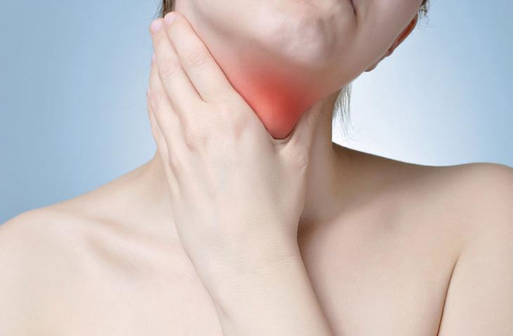 Người bệnh bị đau họng dữ dội, muốn ho