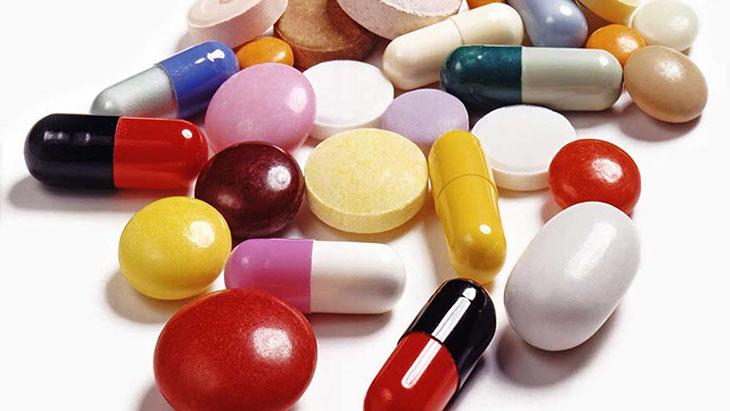 Uống thuốc Tây y điều trị viêm amidan có mủ ở người lớn