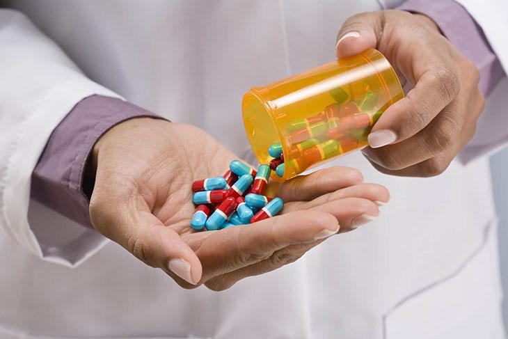 Uống thuốc Tây y điều trị viêm amidan hốc mủ
