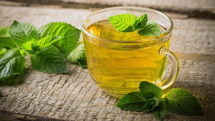 Uống trà bạc hà có thể giảm triệu chứng đau họng