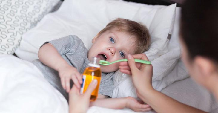 Nên tham vấn bác sĩ, dược sĩ trước khi cho trẻ uống bất cứ thuốc gì