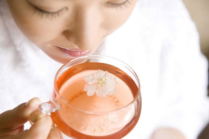 Uống trà ấm mỗi ngày như trà hoa cúc, trà nhài, trà gừng mật ong thay cho nước đá