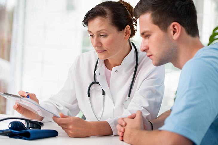 Đến bác sĩ thăm khám để có cách điều trị tốt nhất