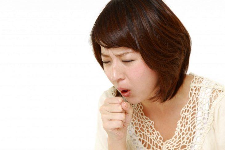 Viêm họng dị ứng là tình trạng ho, hắt hơi, xì mũi liên tục khi người bệnh tiếp xúc với các dị nguyên