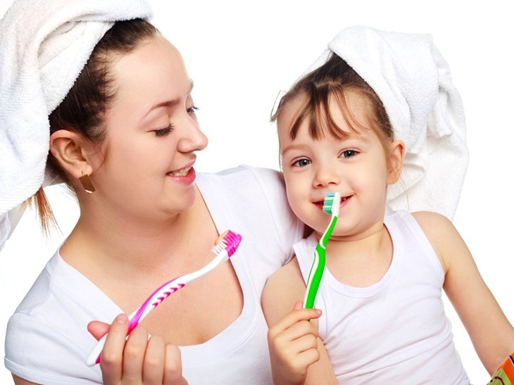 Vệ sinh răng miệng, xây dựng thói quen sống lành mạnh sẽ giúp bảo vệ trẻ khỏi các ảnh hưởng của viêm họng