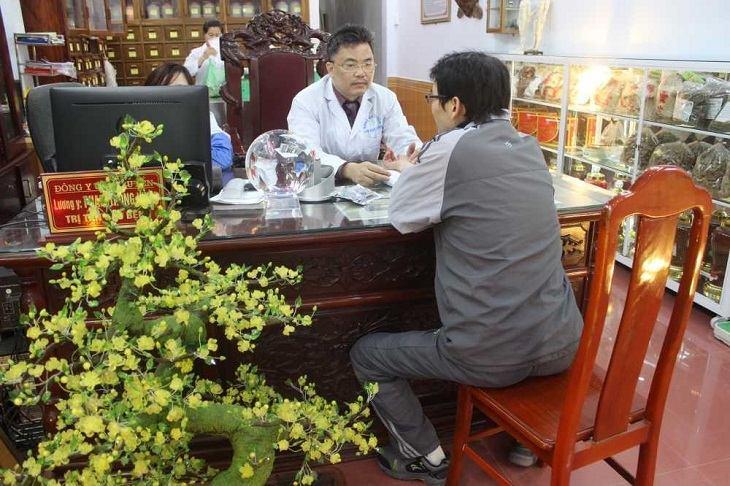 Phòng khám của lương y Hùng mở cửa mọi ngày trong tuần để tiếp nhận, chẩn đoán và kê đơn thuốc cho người bệnh
