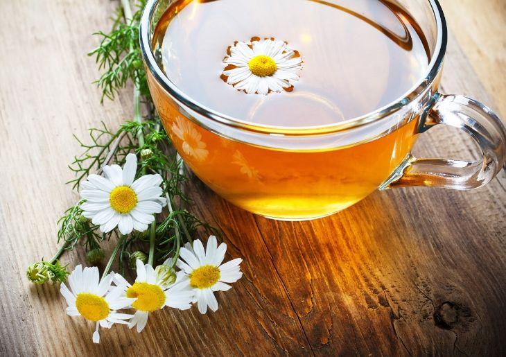 Uống trà hoa cúc giải tỏa căng thẳng, giảm chứng khó ngủ âu lo