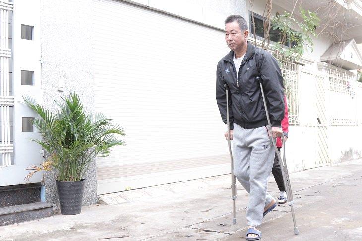 Mổ thoát vị được chỉ định khi người bệnh có nguy cơ bại liệt, khó khăn khi vận động