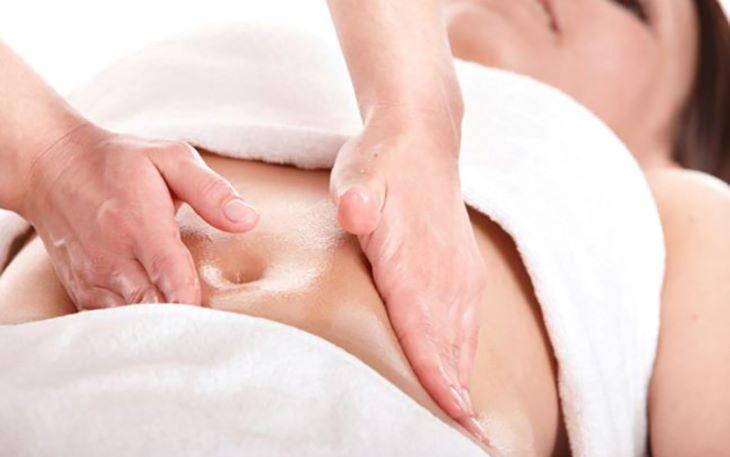 Nên xoa bóp vùng bụng trước khi bấm huyệt để làm ấm cơ thể và tăng cường lưu thông khí huyết
