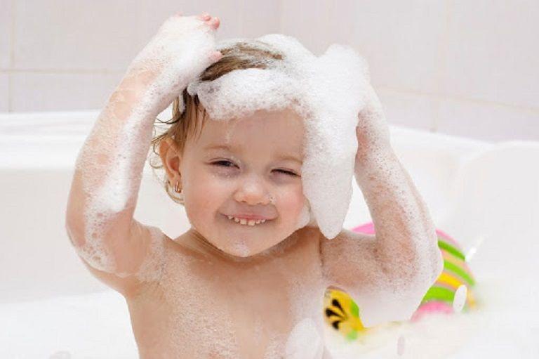 Tắm rửa lau người sạch sẽ cho trẻ để giúp mẩn ngứa nhanh hồi phục