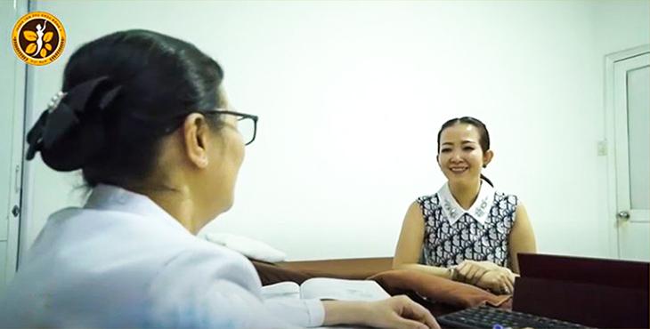 Bác sĩ Thu Hằng khám lại cho Bệnh nhân Ngọc Hiền