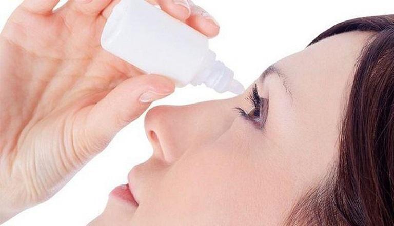 Dùng thuốc nhỏ mắt khi mẩn đỏ quanh mắt làm ảnh hưởng đến mắt