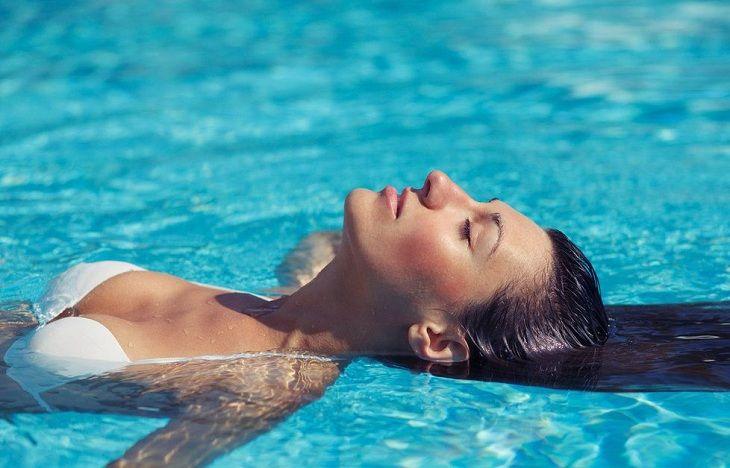 Khi bị viêm mũi dị ứng nên hạn chế lặn ngụp, bơi lội