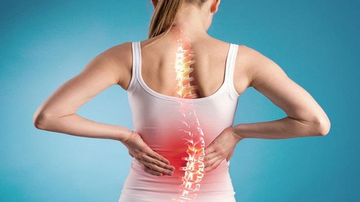 Tổn thương gây ra do thoát vị hoặc làm việc sai tư thế, chấn thương có thể dẫn tới vẹo cột sống.