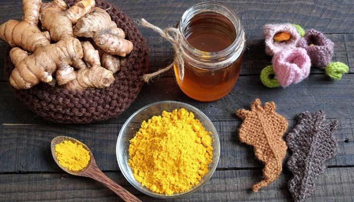 Người bị đau quặn vùng thượng vị sử dụng bột nghệ sẽ giúp trung hoa được axit trong dạ dày, làm lành vết thương nhanh chóng