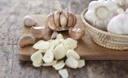 Các hoạt chất trong tỏi giúp giảm nhanh triệu chứng viêm họng
