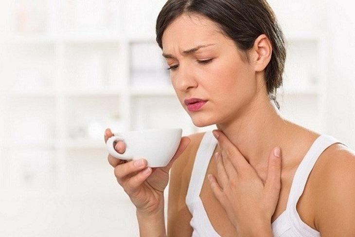 Vệ sinh cổ họng hàng ngày bằng nước muối sẽ giúp chữa bệnh bằng thuốc Đông y nhanh khỏi hơn