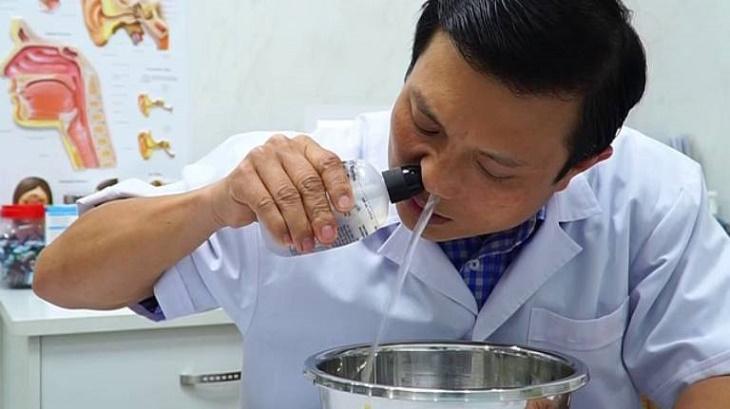 Vệ sinh mũi hàng ngày bằng nước muối sinh lý để giảm viêm