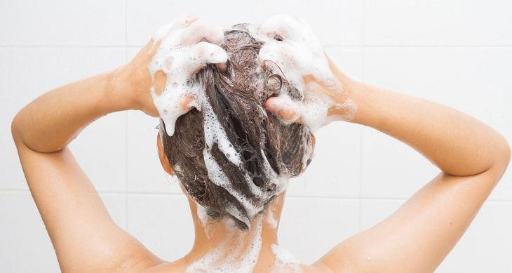 Vệ sinh da đúng cách giúp lẩy đi bụi bẩn gây kích ứng da