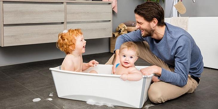 Nên vệ sinh da thường xuyên để phòng trẻ nổi mẩn đỏ khắp người