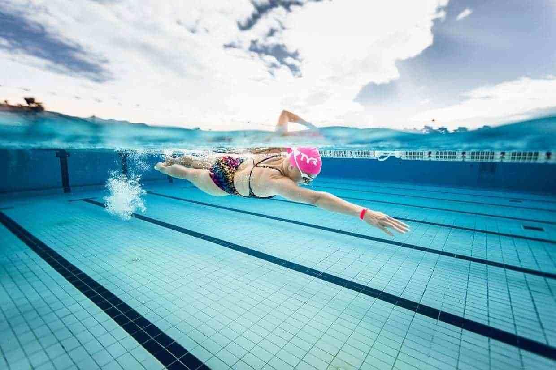 Bơi lội là bài tập hỗ trợ điều trị thoát vị đĩa đệm hẹp ống sống rất hiệu quả