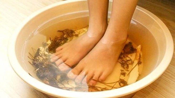 Ngâm hoặc tắm với nước ngải dại nhằm giảm triệu chứng của viêm da cơ địa