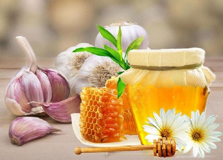Mật ong và tỏi cũng là mẹo trị viêm họng nhanh khỏi