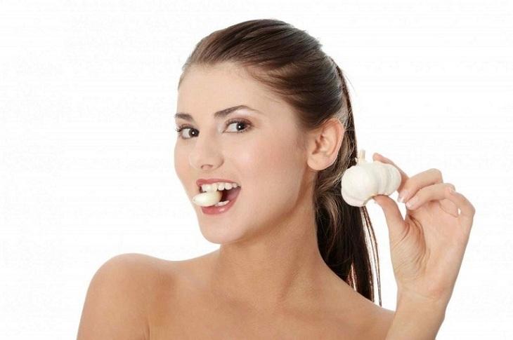 Ăn tỏi trực tiếp để điều trị viêm mũi dị ứng
