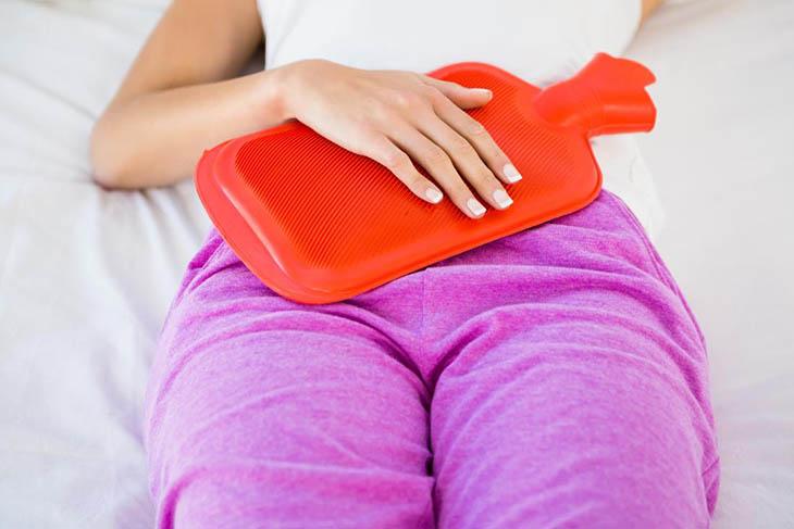 Dùng khăn ấm chườm bụng cũng là biện pháp giảm đau nhanh chóng