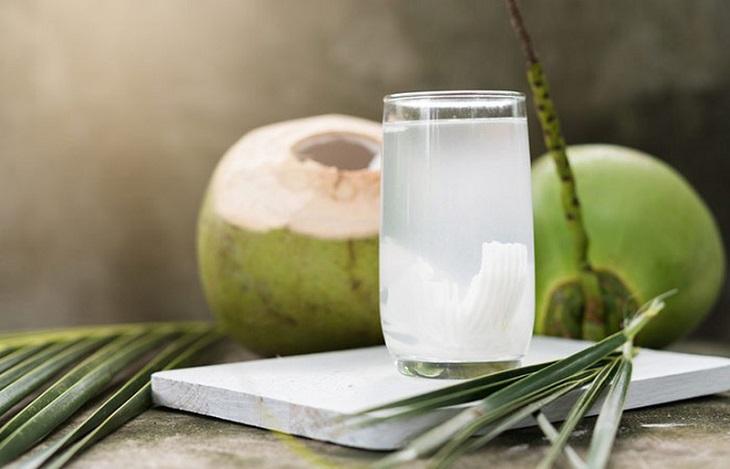 Nên uống nước dừa vào sáng sớm