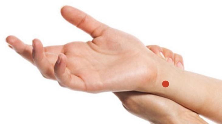 Bấm huyệt thần môn hỗ trợ điều trị vảy nến