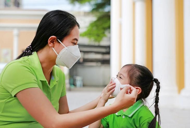 Nên đeo khẩu trang trước khi đi ra ngoài để bảo vệ cổ họng trước các tác nhân gây bệnh