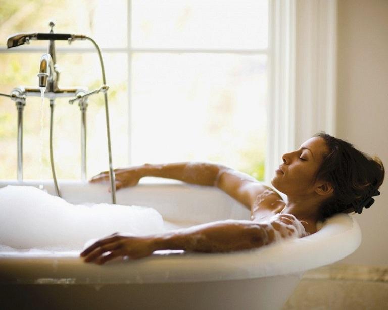 Tắm nước ấm giúp cải thiện tình trạng mẩn ngứa về đêm