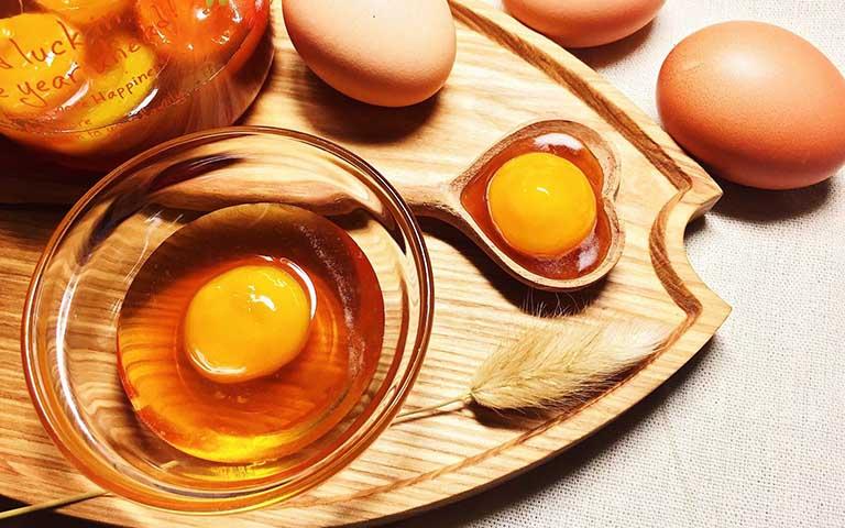 Bạn có thể tận dụng trứng gà và mật ong để làm bài thuốc chữa đau dạ dày tại nhà.