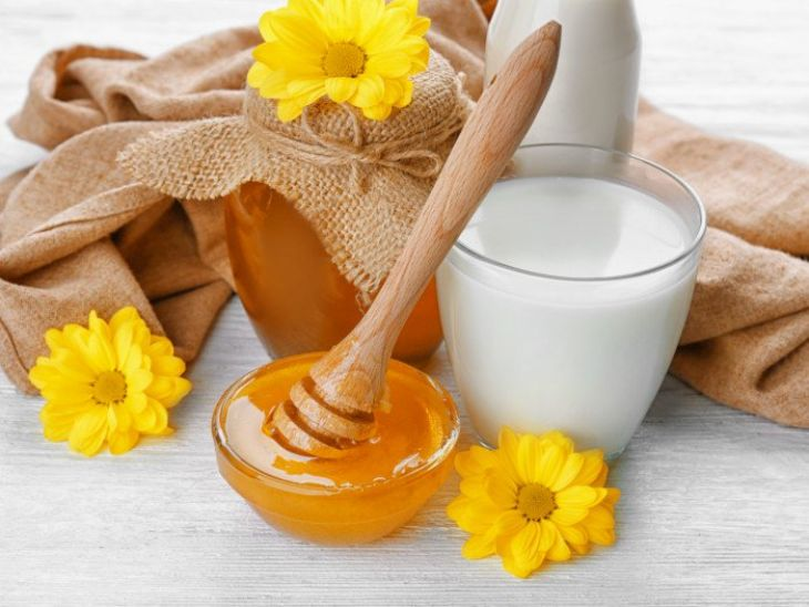 Trước khi đi ngủ uống 1 ly nước mật ong ấm cho giấc ngủ sâu và ngon hơn