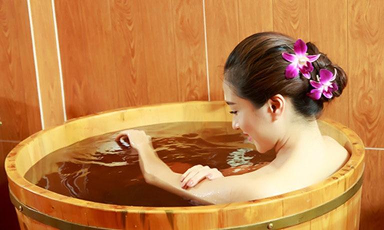 Ngâm nước ấm giúp giảm mẩn ngứa