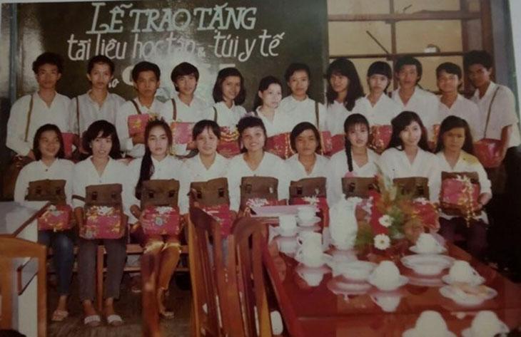 Bác sĩ Nguyễn Khương Thụy (ngoài cùng bên trái, hàng ghế ngồi) và các bạn học